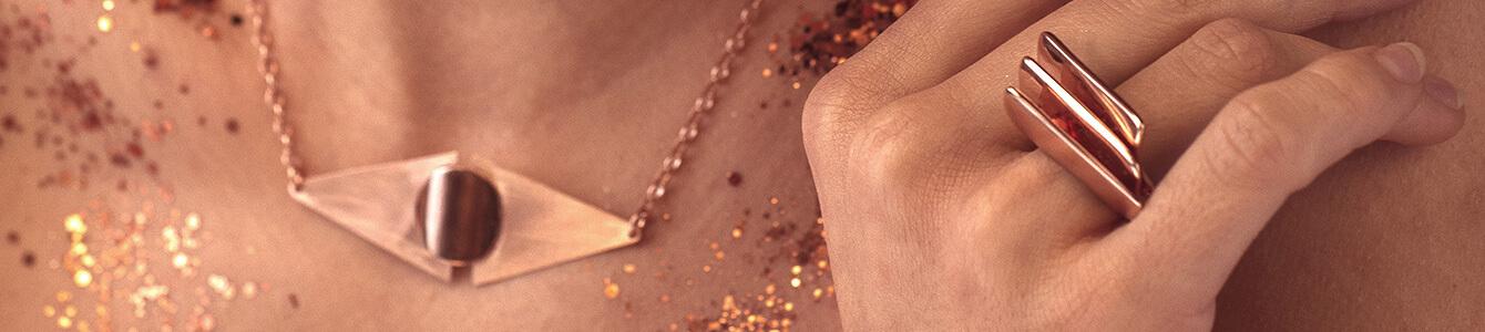 Cuida tus joyas de plata chapada en oro rosa